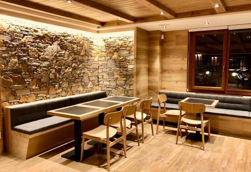 The lounge or bar area at Hotel Petit Lacreu