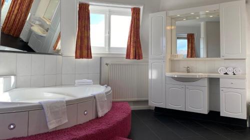 A bathroom at Hotel en Restaurant Tummers