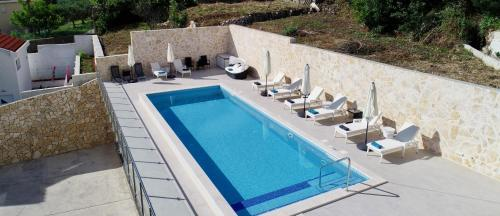 A view of the pool at Villa Samba or nearby