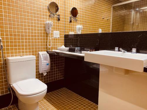 A bathroom at Ouro Minas Palace Hotel