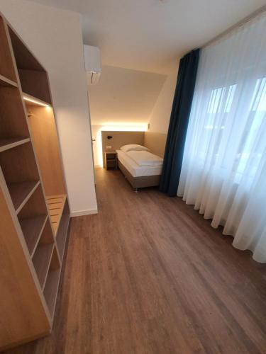 Ein Bett oder Betten in einem Zimmer der Unterkunft Hotel zur Traube