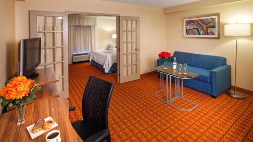 A seating area at Fairfield Inn & Suites by Marriott Toronto Airport
