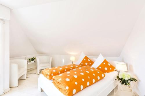 A bed or beds in a room at Hotel Villa Falkenberg