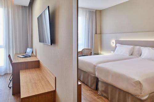 A bed or beds in a room at Silken Reino de Aragón