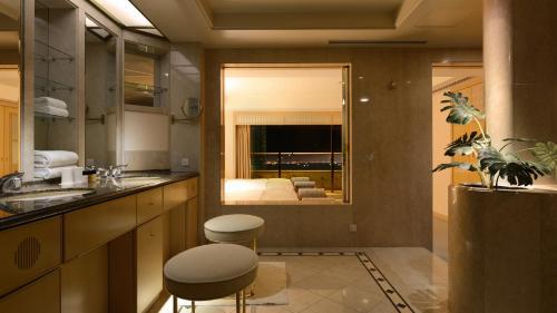 A bathroom at Hotel New Otani Makuhari