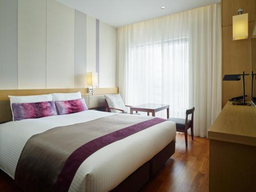 A bed or beds in a room at Mitsui Garden Hotel Osaka Premier
