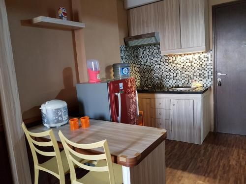 A kitchen or kitchenette at Apartemen The Suites Kayla