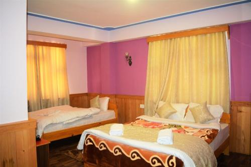 A bed or beds in a room at RUFINA LACHUNG de' CROWN