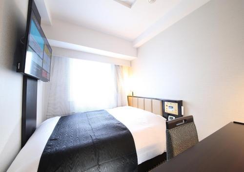 Een bed of bedden in een kamer bij APA Hotel Asakusa Tawaramachi Ekimae