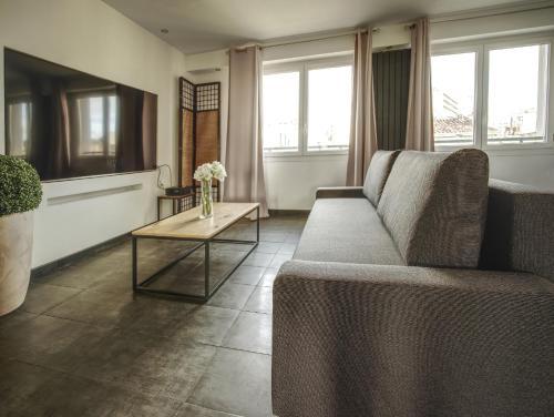 A seating area at Superbe LOFT 60 m² avec balcon vue sur la mer et la Major