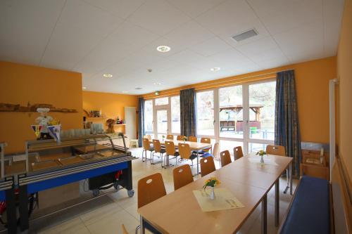 Ein Restaurant oder anderes Speiselokal in der Unterkunft DJH Jugendherberge Waren - Müritz