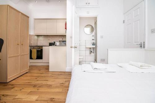 A kitchen or kitchenette at Amazing Studio Flat - 3 mins to Arnos Grove tube