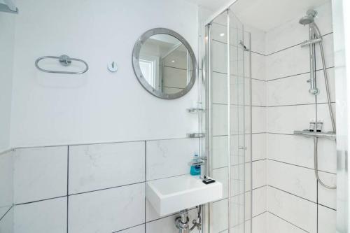 A bathroom at Amazing Studio Flat - 3 mins to Arnos Grove tube