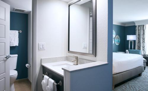 A bathroom at Rosen Centre Hotel Orlando Convention Center