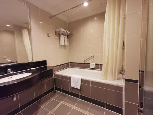 A bathroom at Bayview Hotel Georgetown Penang