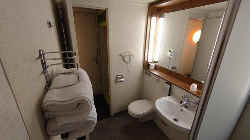 Een badkamer bij Campanile Bordeaux Nord - Le Lac