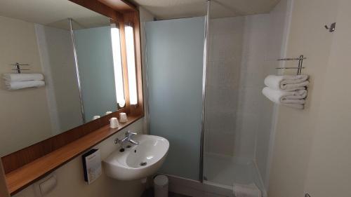 A bathroom at Campanile Bordeaux Nord - Le Lac