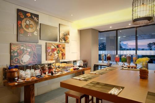 A restaurant or other place to eat at BATIQA Hotel Palembang