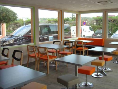 A restaurant or other place to eat at ibis budget Marseille Aeroport Provence
