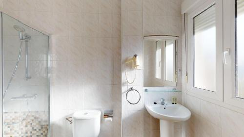 A bathroom at Pensión Portomiño