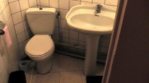 A bathroom at Hôtel de la Renaissance