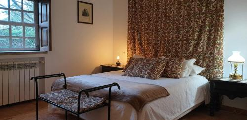 A bed or beds in a room at Casa do Redondo