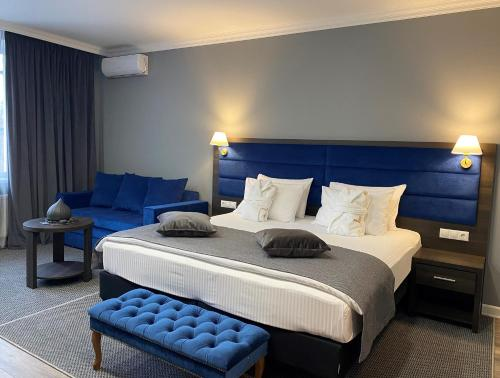 A bed or beds in a room at Hotel Avant-Garde