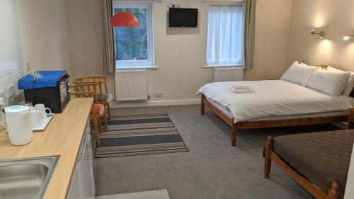 A bed or beds in a room at Ivybridge Guesthouse