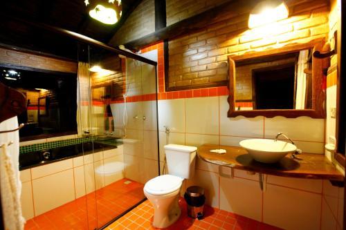 Um banheiro em Pousada Chalés Vale do Sol