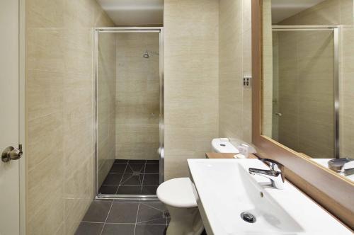 A bathroom at Quality Hotel Ambassador Perth