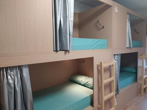 A bunk bed or bunk beds in a room at Albergue Río Eume