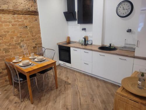 Kuchnia lub aneks kuchenny w obiekcie Klimatyczny apartament na starówce