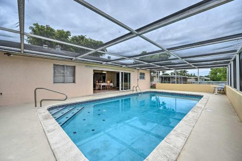 Der Swimmingpool an oder in der Nähe von Cozy Cape Coral Home with Pool Less Than 2 Miles to Beach!