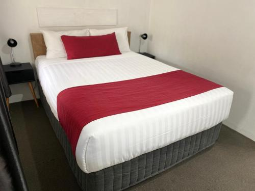 A bed or beds in a room at Ashton Motel