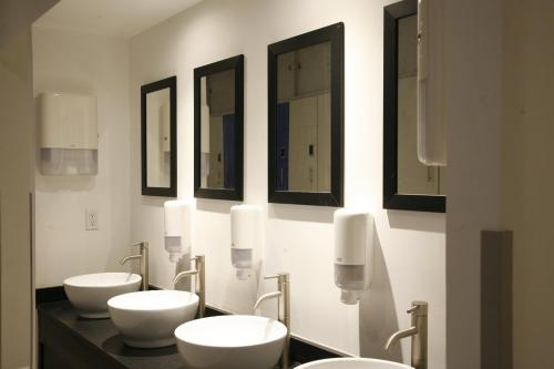 A bathroom at Izzzleep Aeropuerto Terminal 1