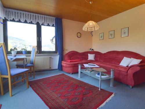 Een zitgedeelte bij Cozy Apartment in Alf with River Nearby