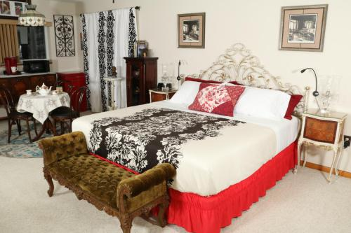 A bed or beds in a room at Crystal River Lullaby B&B