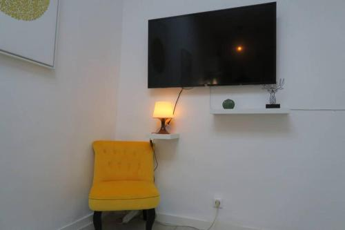 A television and/or entertainment centre at Cocon sans nuisance sonore