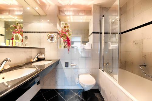 A bathroom at Lindner Grand Hotel Beau Rivage