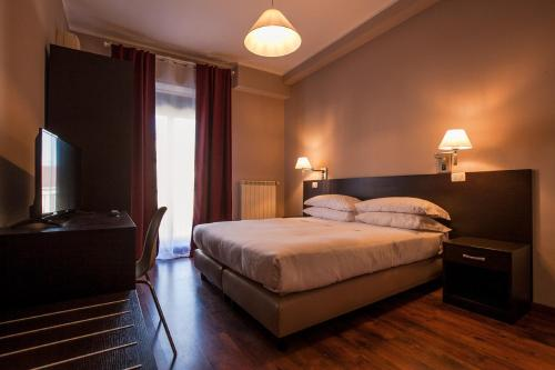 A bed or beds in a room at Hotel di Porta Romana
