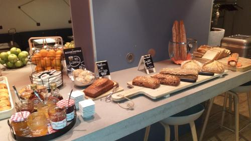 Breakfast options available to guests at Mercure Beauvais Centre Cathédrale