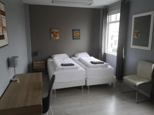 A bed or beds in a room at Town Square Apartments