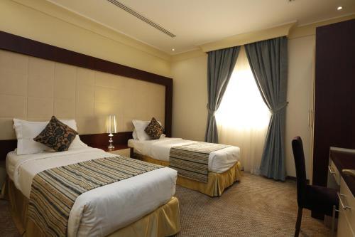 Cama ou camas em um quarto em Tobal Al Khobar Furnished Apartments