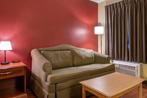A seating area at Econo Lodge Inn & Suites Maingate Central