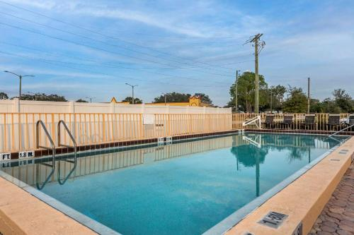 The swimming pool at or close to Econo Lodge Inn & Suites Maingate Central