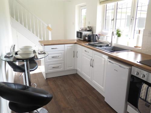 A kitchen or kitchenette at Park View Apartment