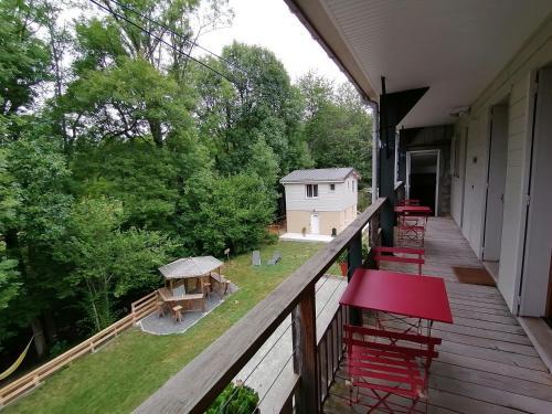 Balcon ou terrasse dans l'établissement GITES DU DOUL 21 pers avec salle 50m2 attenante, PMR, Carcassonne 45kms