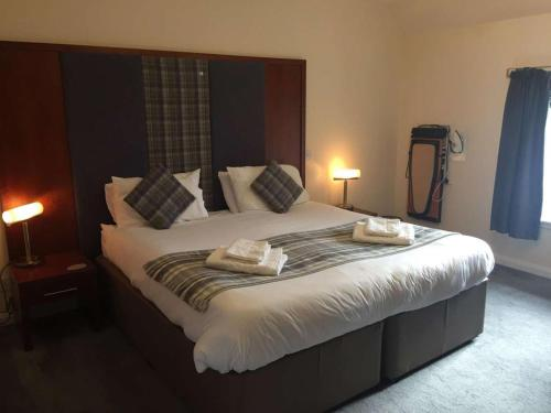 A bed or beds in a room at Polochar Inn