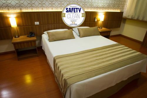 A bed or beds in a room at LEON PARK HOTEL e CONVENÇÕES - Melhor Custo Benefício
