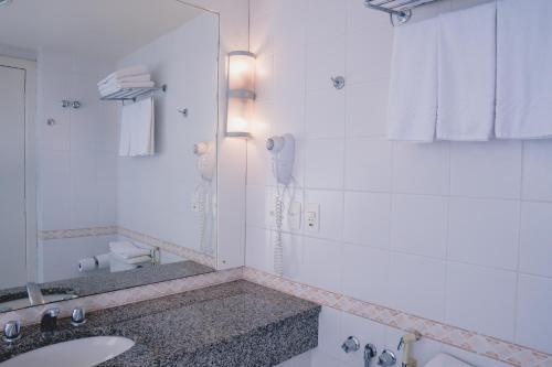A bathroom at Master Curitiba Hotel - Centro - A 2km do Batel